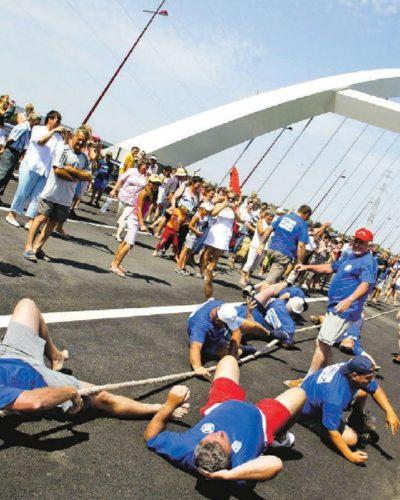 Népünnepély a dunaújvárosi Pentele hídon