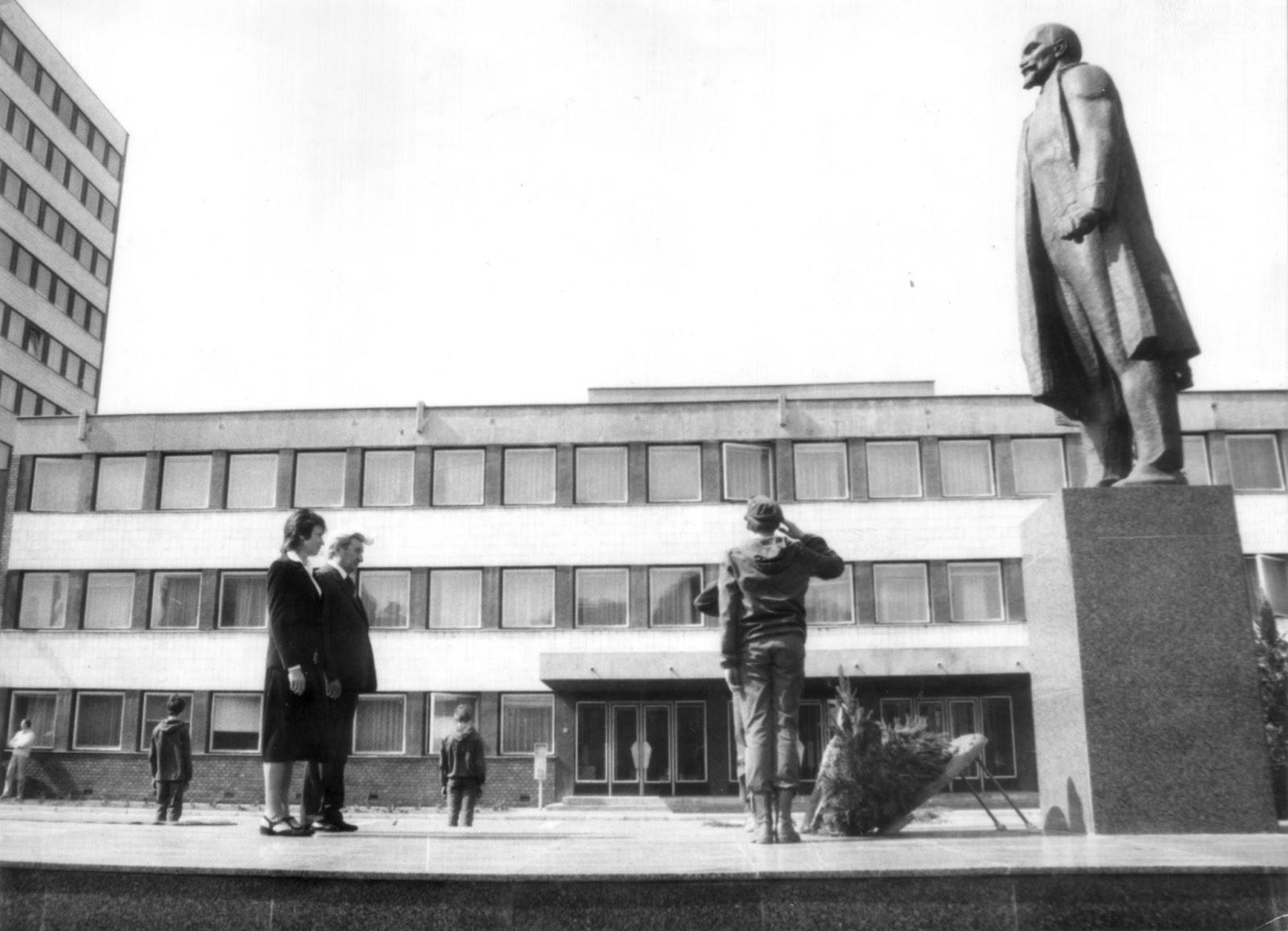 November hetedikék dunaújvárosi történetéből