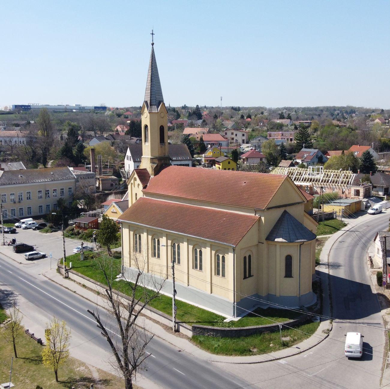 Hétvégi szentmisék, urnatemető látogathatóság és plébániai irodai szolgálat