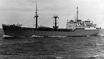 Tengerjáró hajón a sztálinvárosi kikötőben
